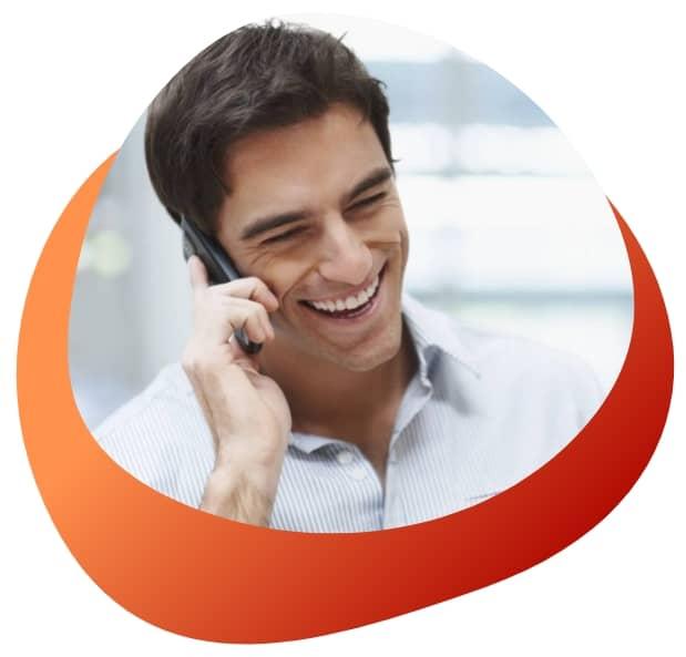 hombre habla por telefono virtuatwin comunicaciones vozip