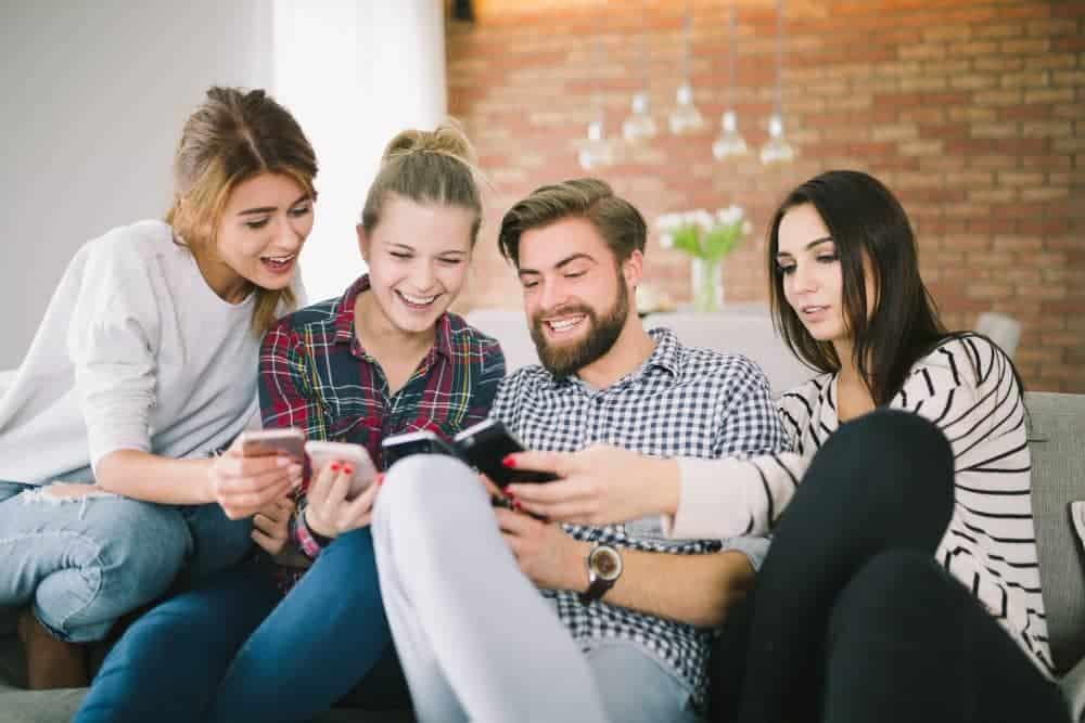 gente usando smartphones bonos telefonía móvil virtualtwin